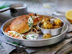 Fiskekaker med råkostsalat Salmon Burgers, Tasty, Chicken, Ethnic Recipes, Recipe, Cubs