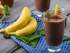 A delicious chocolate peanut butter banana smoothie recipe that's healthy too. A simple, healthy smoothie! Chocolate Banana Smoothie, Chocolate Protein Shakes, Chocolate Shake, Mexican Chocolate, Chocolate Milkshake, Healthy Breakfast Bowl, Dog Food Recipes, Healthy Recipes, Matcha Smoothie