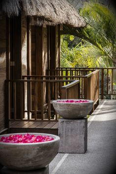 Makawé Spa invites guests to distress with a Zen-inspired steam room, plunge pool, and six private indoor-outdoor palapa style treatment rooms. // El Spa Makawé invita a los huéspedes a relajarse con un baño de vapor, piscina de inmersión, y seis salas interiores y exteriores privadas de tratamientos de estilo palapa.