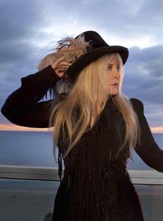 """La banda de rock británica Fleetwood Mac añade un nuevo capítulo a su larga historia con el lanzamiento de una nueva edición de su trabajo más conocido, """"Rumours"""", y una gira que les llevará por todo el mundo.    La reedición de """"Rumours"""", que vio la luz en febrero de 1977 y ha vendido más de 40 millones de copias, incluye, además del original remasterizado, dos discos con grabaciones en directo de una gira de 1977 y con temas inéditos rescatados de las sesiones de grabación."""