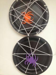 Platos negros + cordel + arañas plásticas = adorno de halloween. #DecoracionHalloween