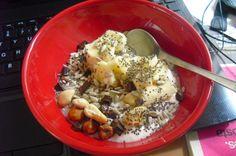 Iogurte magro, banana, polvilhado com sementes de chia, sementes de girassol, frutos secos (3 avelãs e 3 amêndoas) e 1 quadrado de chocolate preto triturado (70 % cacau).