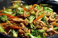 Dnes by som sa rada s vami podelila o tento skvelý recept na kuracie mäso s teriyaki omáčkou, brokolicou, zázvorom, cesnakom, mrkvou a feferónkou. Teriyaki omáčku je už dnes bežne dostať kúpiť a ázijských predajniach potravín, no dá sa aj doma jednoducho pripraviť z ryžového vína, sójovej omáčky a hnedého cukru. Kung Pao Chicken, Chicken Recipes, Good Food, Diets, Ground Chicken Recipes, Clean Eating Foods, Yummy Food
