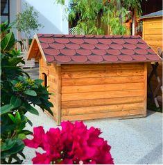 Τι πρέπει να κάνουμεγια να προστατεύσουμε τον καλύτερό μας φίλο από τοχειμωνιάτικο κρύο ή απο τον καλοκαιρινό ήλιο; Ενα ξύλινο σκυλόσπιτο, ανάλογο του μεγέθους του! Κατασκευασμένο απο ξύλο, το οποίο λειτουργεί ως τέλειος φυσικός ρυθμιστής της θερμοκρασίας, ανάλογα με τις καιρικές συνθήκες. Τοποθετήστε μέσα σε αυτό μια μαλακή, ζεστή, κουβέρτα. Το σκυλόσπιτο θα πρέπει να πατά σε γερό και καθαρό έδαφος. Να διαθέτει επικλινές στέγαστρο και να είναι μονωμένο. Logs, Cabin, House Styles, Home Decor, Decoration Home, Room Decor, Cabins, Cottage, Home Interior Design
