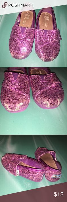 Glitter toms size 6 💕 Super cute but show obvious wear on the front... If you have ever had glitter toms for your kiddos you know this happens pretty much instantly with the sparkles wearing off! Size 6 I think they ran a little big though! TOMS Shoes