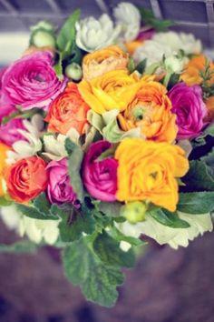 """El Ranúnculo, también conocido como Botón de Oro es una flor que podéis  encontrar de varios colores muy vistosos  dando mucha alegría a vuestra Boda. En el lenguaje de las flores, un Ramo de Ranúnculos dice """"Estoy deslumbrado por tus encantos""""."""