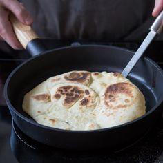 Köstliches Naan-Fladenbrot aus der Pfanne kannst du ganz einfach selber machen. Wie es geht, erfährst du Schritt für Schritt hier.