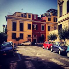 Roma è anche bellezza quotidiana: dei suoi palazzi e palazzoni, dei suoi colori, dei materiali, che un occhio sensibile e attento sa cogliere nella sua rilevanza estetica, originale unicità e struggente armonia. Non sempre è facile percepirla, nell'indecorosa situazione attuale. Tantè. Ph.: palazzi e colori, by GUIDO LAUDANI