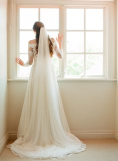 Float away with the ultra soft and frothy Zara chapel length veil, featuring extra wide soft netting that offers a luxurious and glamorous appeal.