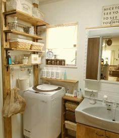 我が家は建て売りを購入したので、 洗面所の壁紙だけ模様が入っていて 好みのものじゃなく 洗面所はあまり好きな場所ではありませんでした。  しかし、生活する上で洗濯、お風呂、お化粧、 その他にも思った以上に使う場所なので どうせなら自分や家族が好きな場所にしたいと思い 少しずつ変えてきました☆  壁紙を変える予算がなかったので まずはありきたりな洗面台にタイルをはったり ホームセンターのアルミのラックから ディアウォールを使って収納棚を作ったり どんどん楽しくなり今では 好きな場所に変わりました♪((o(^∇^)o)) まだまだ中途半端な部分もあるし、 娘ふたりも成長すればこれから物も増えますし その時その時で変化させながら 楽しみたいです♪(*>∇<)ノ