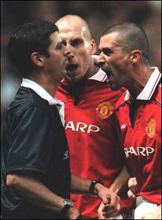 The ref double checks Jaap Stam & Roy Keane have brushed their teeth before… Jaap Stam, Roy Keane, Bobby Charlton, Manchester United Players, Premier League Champions, Europa League, Great Team, Sexy Girl, Man United