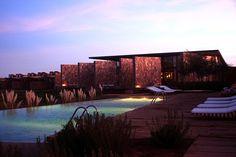 Alguns projetos envolvem complexas intervenções no ambiente, outros impressionam com obras de aparente simplicidade. Este é o caso do Hotel Tierra Atacama.