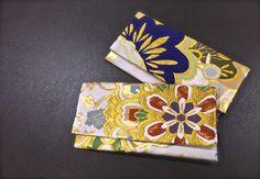 錦織りの帯地を前面に使った懐紙入れ。両者とも効き色をうまく使った帯地を使ったものです。  となみ織物が製作する懐紙入れは、すべてお太鼓を意識しながら、裁断縫製を行うようにしています。  http://www.senpukuya.jp/products/list.php?category_id=18