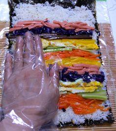 봄 소풍과 바깥 행사들이 줄줄이 이어지는 4월입니다.^^ 그래서 오늘은 아이들 소풍, 남편, 남자친구 예쁜 도시락 메뉴로 좋은 회오리 김밥 만드는 방법 소개합니다. 만드는 방법도 쉬우면서 맛도 좋고 영양도..