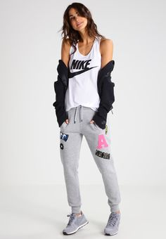 ¡Consigue este tipo de top básico de Nike Sportswear ahora! Haz clic para ver los detalles. Envíos gratis a toda España. Nike Sportswear ESSNTL Top white/black: Nike Sportswear ESSNTL Top white/black Ofertas   | Material exterior: 52% poliéster, 48% fibra de modal | Ofertas ¡Haz tu pedido   y disfruta de gastos de enví-o gratuitos! (top básico, basic, basico, basica, básico, basicos, casual, clasica, clasicas, clásicas, clásica, básicas, básica, basic top, top básico, top basiqu...