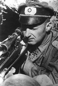 """Heinrich Weißer (nacido el 28 de enero 1919), francotirador con 1428 muertes comprobadas. Alcanzó el grado de Teniente Coronel durante la Segunda Guerra Mundial. Llegó a ser Generalmajor y comandante de todo Scharfschützenschule de la Wehrmacht (""""escuela de francotiradores"""")."""