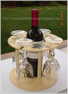 Este decoupage en madera es un porta botella de vino en el cual se puede colocar cuatro copas de vino, ideal para poner en centro de mesa .
