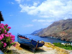 barco solitário na praia