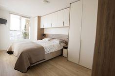 Bed met kastombouw in kleine slaapkamer