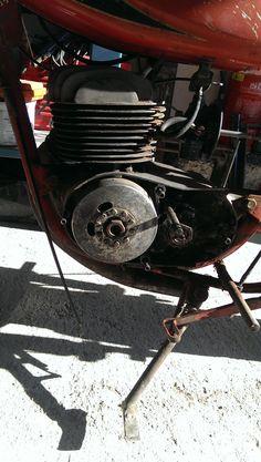 Motor de cono ancho, originalmente de 125 cc, modificado por su anterior dueño a 100 cc y modificado por mi a 155 cc.