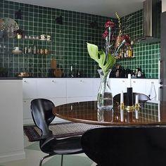 Tack för bilden @brownpoodle_interior så snyggt med grönt #grönt #kakel #handgjort #spansktkakel #kök #inredning #interiör Green Tiles, Tack, Sevilla Spain
