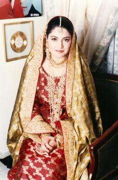 Nazia Hassan and Ishtiaq Baig's unseen wedding photoshoot Nikkah Dress, Pakistani Couture, Fingers Design, Cute Beauty, Celebs, Celebrities, Wedding Outfits, Muslim Fashion, Wedding Photoshoot