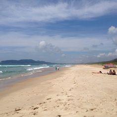Um lugar desses não precisa de filtro ne? Essa é a praia do Moçambique, uma das minhas preferidas, fica no Leste da Ilha, a 25km do centro. Apesar de ser a praia de maior extensão de Floripa, com 7,5km, ela é a mais vazia da cidade, quase deserta! Mas não é a melhor praia para tomar banho de mar, a agua é gelada e qd fui tinha mta água viva...Para chegar lá, só de carro. E não se paga estacionamento. Por fazer parte de uma reserva de 400 km² de vegetação, o Parque Florestal do Rio Vermelho… Water, Outdoor, Living Water, Parking Lot, Island, Filter, Bath, Rouge, City