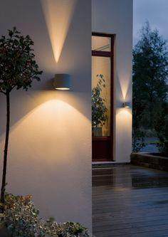 Vägglampa Modena Rund Aluminium Vägglykta som ger ett varmt sken både uppåt och nedåt sitt spridda sken. Passar utmärkt vid sidan av entrédörren eller på