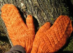 Ravelry: rchrispy's Make me Happy Mittens. Wanten in Malabrigo Chunky Glazed Carrot. Breipatroon.