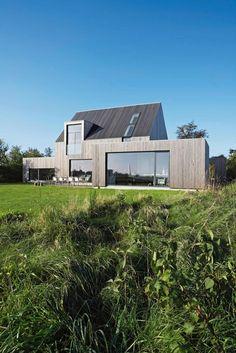 Ved Norsminde syd for Århus bor arkitekt Karen Kjærgaard i et hus, der med sit underspillede og stramme udtryk matcher det flade englandskab, som bærer det.