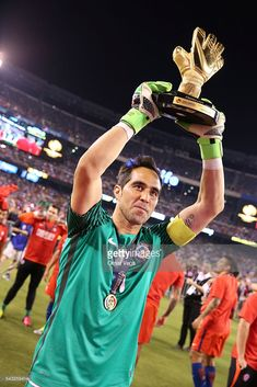 Claudio Bravo goalkeeper of Chile celebrates with the Golden Glove award after winning the championship match between Argentina and Chile at MetLife Stadium as part of Copa America Centenario US 2016 on June 2016 in East Rutherford, New Jersey, US. World Football, Football Players, Claudio Bravo, Copa America Centenario, East Rutherford, Metlife Stadium, The Championship, Pro Cycling, World Of Sports