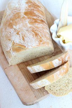 Superenkel och fantastiskt god limpa som bara behöver jäsa en gång och behåller sin form i ett bakplåtspapper. Breakfast Snacks, Dessert Recipes, Desserts, Bread Baking, Bread Recipes, Foodies, Muffins, Rolls, Cheese