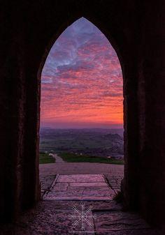 Gli Arcani Supremi (Vox clamantis in deserto - Gothian): Celtic style, Avalon, Glastonbury Tor Glastonbury Somerset, Glastonbury Tor, Beautiful World, Beautiful Places, Skier, Somerset England, Shows, Great Britain, Beautiful Landscapes