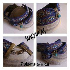 Pulsera Etnica..7 € Pulsera doble de tela de colores azules y dorado con detalle de cristal y medallita en bronce. El cierre en bronce Se hace a medida