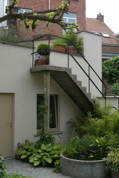 """Deze tuin, aangelegd door Hendrik Baeten, won zilver in de categorie >250 m² in de wedstrijd """"Vlaamse Tuinaannemer 2005""""."""