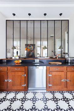 vue de la cuisine sur le comptoir et salle de resto
