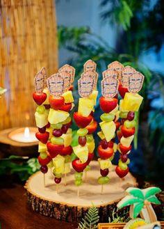 Completa la decoración de tu fiesta hawaiana con esta idea. Utiliza fruta y comida para crear una mesa de colores exóticos. #party #hawaiana
