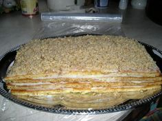 DOMÁCÍ MEDOVNÍK VYNIKAJÍCÍ DOPORUČUJI:  Potřebujete: 165 g másla, 2 poctivé lžíce medu, 250 g hladké mouky, 200 g cukru krupice, půl lžičky jedlé sody, 2 vejce, trochu mléka; na krém: půl litru mléka, 6 lžic dětské krupičky, 2 lžíce cukru, půl plechovky salka, 200 g másla, 100 g nahrubo nasekaných ořechů.