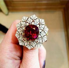 Buccelati diamond and tourmaline ring Diamond Gemstone, Diamond Jewelry, Gold Jewelry, Jewelry Rings, Fine Jewelry, Ruby Diamond Rings, Jewellery, Women's Accessories, Jewelry Patterns