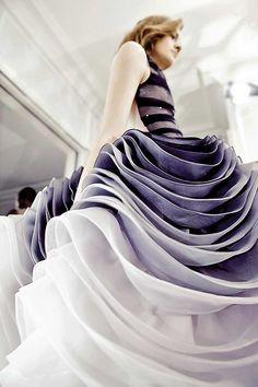 Sequencialidade. Comentário: nos dois desfiles a repetição de modelos com as roupas seguindo um mesmo tema causam a sequencialidade. No caso do vestido, são os babados que se encaixam nesse conceito.