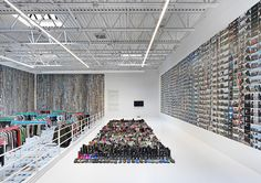 ai-weiwei-fills-ny-gallery-with-thousands-of-garments-gathered-from-refugee-camps-designboom-01