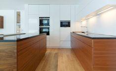 Weiße Küche mit Holz, Foto: Tischlerei Sigg Kitchen Island, Kitchen Cabinets, Home Interior, Home Kitchens, Kitchen Decor, Wood, Table, Couches, Sofas