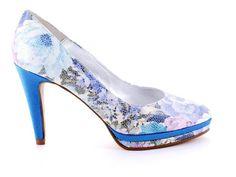 Zapato de piel, en color azul, detalles florales y tacón de 10 cm.  #tendencias #tendencia #zapatos #fashion #tiendaonline #zapato #shoes