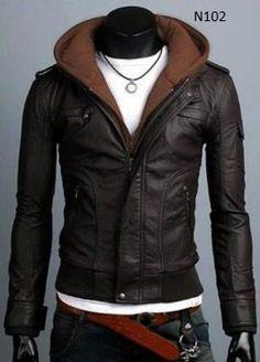Esta chaqueta es de cuero tiene un aspecto muy varonil y esta a la moda.