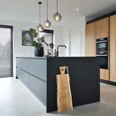 Here's a stark contemporary kitchen design with super long island and a minimalist vibe. Classic Kitchen, Farmhouse Style Kitchen, Rustic Kitchen, New Kitchen, Kitchen Decor, Kitchen Ideas, Loft Kitchen, Minimal Kitchen, Eclectic Kitchen