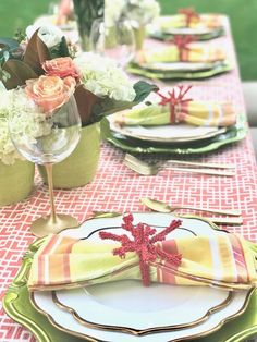 coral place setting, pops of green, outdoor summer backyard party Summer Backyard Parties, Garden Parties, Summer Table Decorations, Come Dine With Me, Natural Landscaping, Outdoor Table Settings, Green Plates, Beautiful Table Settings, Table Set Up