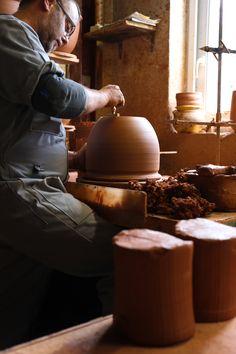 Reportage photos et vidéo dans Les Poteries d'Albi, une des dernières grandes poteries de France où tous les pots sont faits à la main.