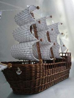 Arts And Crafts Activities Paper Weaving, Weaving Art, Weaving Patterns, Newspaper Basket, Newspaper Crafts, Bamboo Weaving, Basket Weaving, Craft App, Paper Furniture