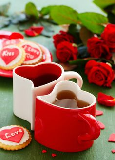 Festive cookies with hearts and roses for Valentine's Day. Sweet Coffee, I Love Coffee, My Coffee, Good Morning Massage, Good Morning Coffee, Good Morning Friday, Coffee Cup Art, Coffee Heart, Cool Pictures For Wallpaper