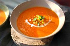 Morkų sriubos - vienos mano mėgstamiausių. Ir saldumo turi, rūgštumo nuo pomidorų, o kokosų pienas suteikia neįprastą skonį. Smagu ir kukurūzus pakramtyt radus sriuboje. Druskos gali tekti įberti daugiau, nes morkos saldžios, tai kad subalansuotas skonis būtų, druskos tikrai reikės. Puikūs pietūs ar vakarienė jauki su tokia sriuba.
